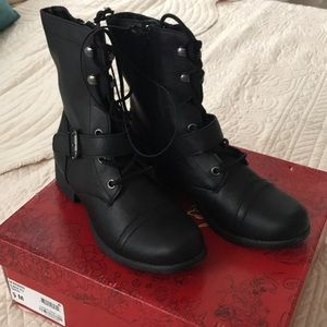 NWT afarahh black boots